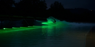 Session de nuit sur le Wavegarden